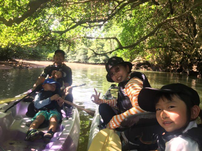 ガジュマルでカヌーに乘って記念写真