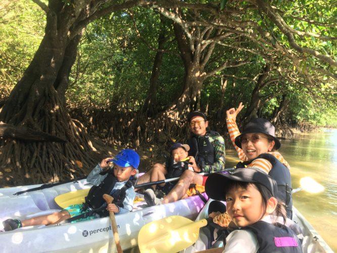 マングローブでカヌーに乘って記念写真