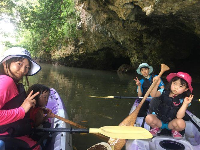 サンゴ岩の洞窟でカヤックに乗って、記念写真
