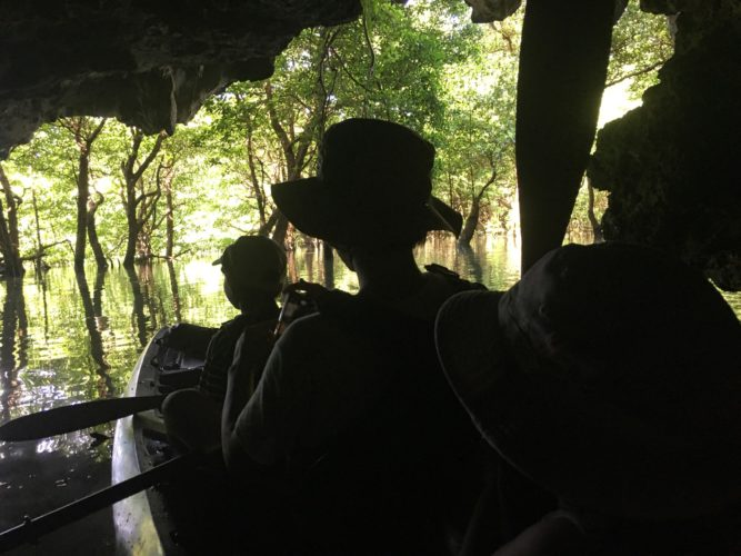 神秘的な石垣島のサンゴ岩の洞窟