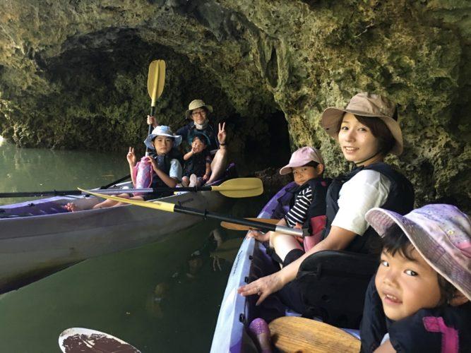 マングローブカヌーで家族みんなで記念写真、石垣島の思い出