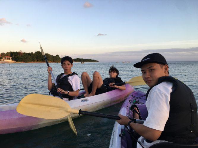 カヌーに乘って記念写真 石垣島ガイドCHORO