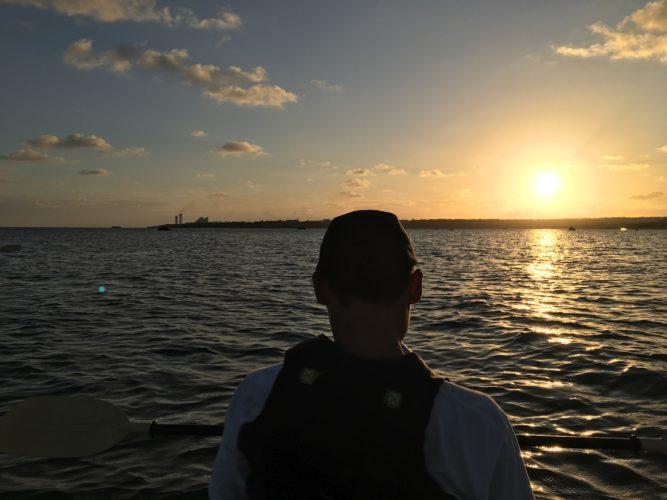 まん丸の夕陽をカヌーに乘って眺めましょう!